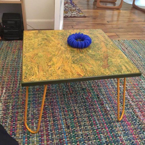pied en metal jaune sous table basse bois